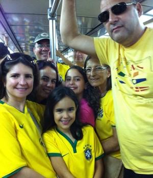 Família Milessis, no metrô do Rio de Janeiro, a caminho de uma manifestação (Foto: Cristiane Grillo)