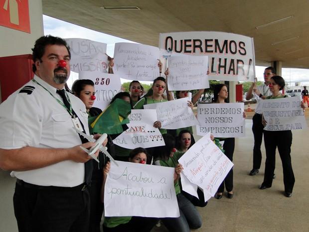 Ex-funcionários da Webjet protestam no Aeroporto de Confins, na Grande BH (Foto: Pedro Cunha/G1)