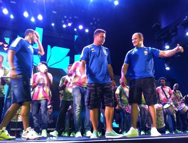 Ronaldo, Cigano e outros craques no lançamento da camisa azul (Foto: Daniel Cardoso (Globoesporte.com))