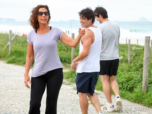 Alexandre Slaviero se diverte com Angela Vieira durante as gravações (Foto: Pedro Curi/ TV Globo)