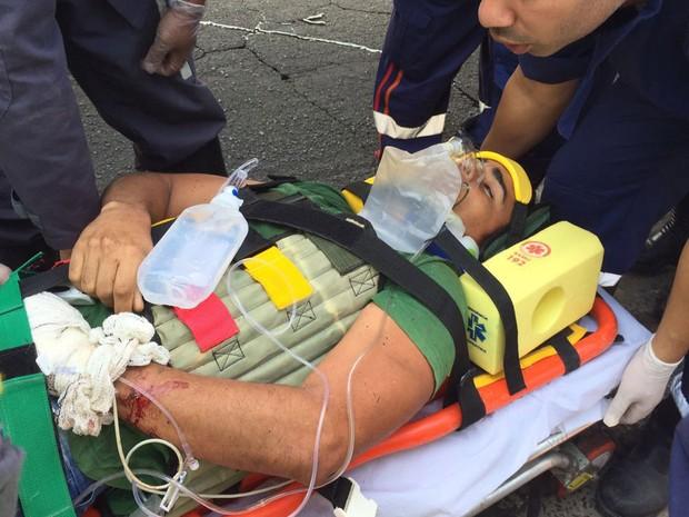 Homem foi socorrido após cerca de duas horas preso nas ferragens (Foto: Assessoria de imprensa do Corpo de Bombeiros Militar                         )
