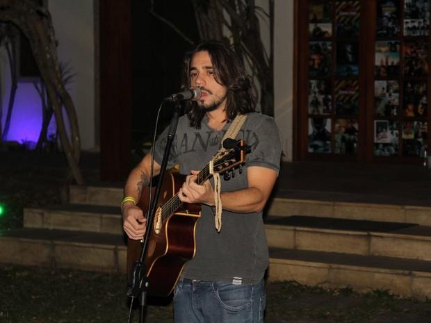 Guga Sabatiê canta em evento na Zona Oeste do Rio (Foto: Rogerio Fidalgo/ Ag. News)