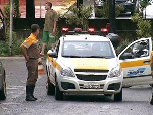 Equipe da Transerp ajuda no trânsito após ventania em Ribeirão (Foto: Antônio Luiz/ EPTV)