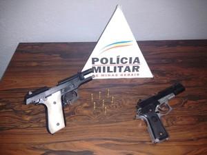 Armas apreendidas em Divinópolis (Foto: Polícia Militar/Divulgação)