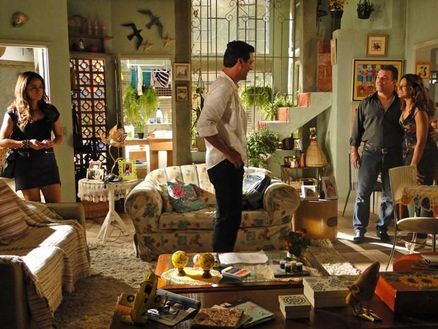 Toda animada, Lucimar apresenta Russo a Théo  (Foto: Salve Jorge/TV Globo)