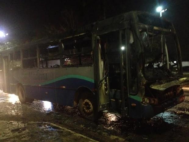 Ônibus coletivo perto do cruzamento das avenidas Jorge Teixeira e Amazonas, em Porto Velho. Motorista disse que já havia percebido uma pane no motor, momentos antes do incêndio (Foto: Suzi Rocha/G1)