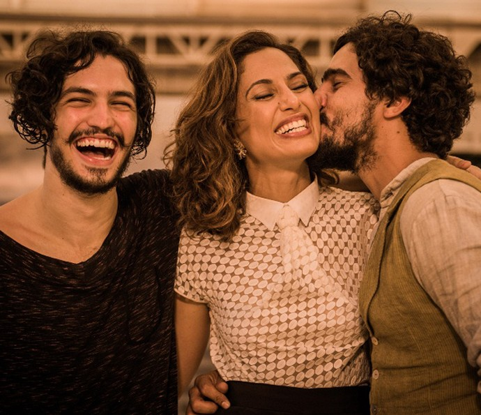 Gabriel Leone, Camila Pitanga e Renato Goes posam em clima de descontração (Foto: Caiuá Franco/TV Globo)