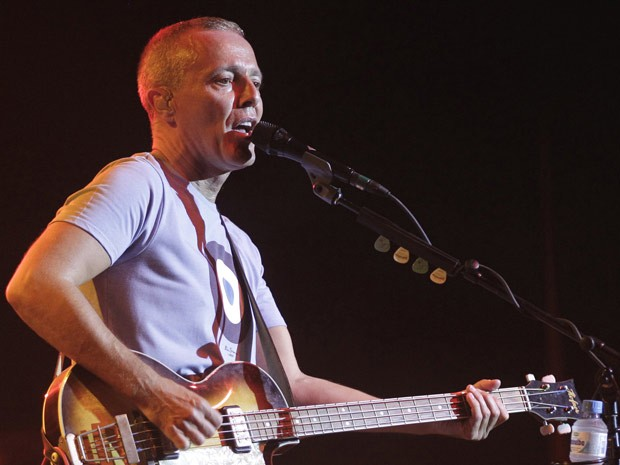 Curt Smith, baixista e cantor do Tears for Fears, se apresenta no Citibank Hall, no Rio de Janeiro, na noite deste sábado (8). (Foto: AP)