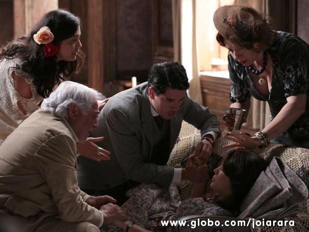 Amelinha passa mal e desmaia no casamento de Toni e Gaia (Foto: Joia Rara/ TV Globo)