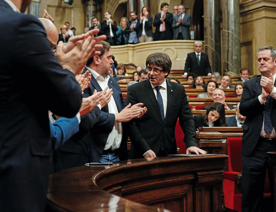 O ex-presidente da Catalunha Carles Puigdemont,na proclamação da independência pelo parlamento catalão (Foto:  Albert Gea/REUTERS)