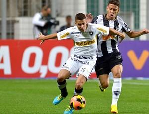 Gabriel e Marcos Rocha jogo Atlético-MG contra Botafogo (Foto: Douglas Magno / Agência O Globo)