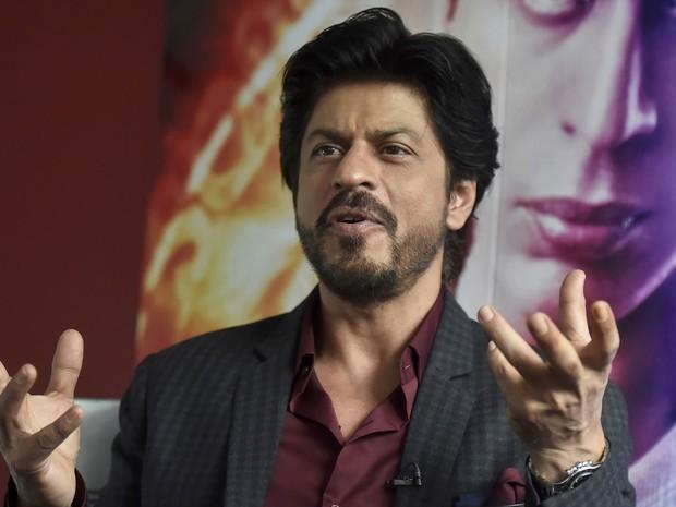 O astro de Bollywood Shah Rukh Khan dá entrevista no museu Madame Tussauds, em Londres (Foto: Hannah McKay/Reuters)