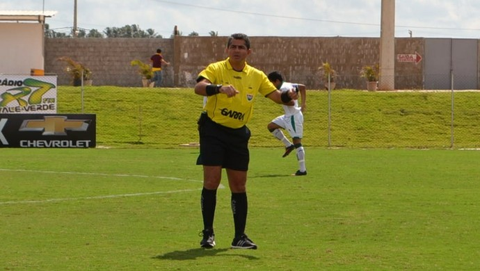 Emanuel Eduardo Marinho apita Corintians-RN e Globo FC neste sábado (Foto: Jocaff Souza)