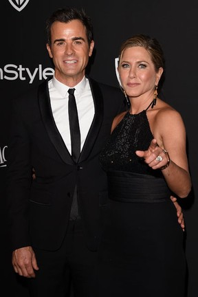 Jennifer Aniston e o noivo, Justin Theroux, em festa em Los Angeles, nos Estados Unidos (Foto: Jason Merritt/ Getty Images/ AFP)