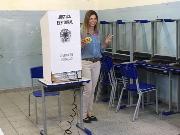 Haifa Madi vota em Guarujá (Foto: Marcela Pierotti/G1)