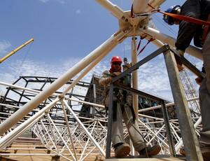 Operários trabalham na montagem da cobertura da Arena Pantanal (Foto: Edson Rodrigues/Secopa)
