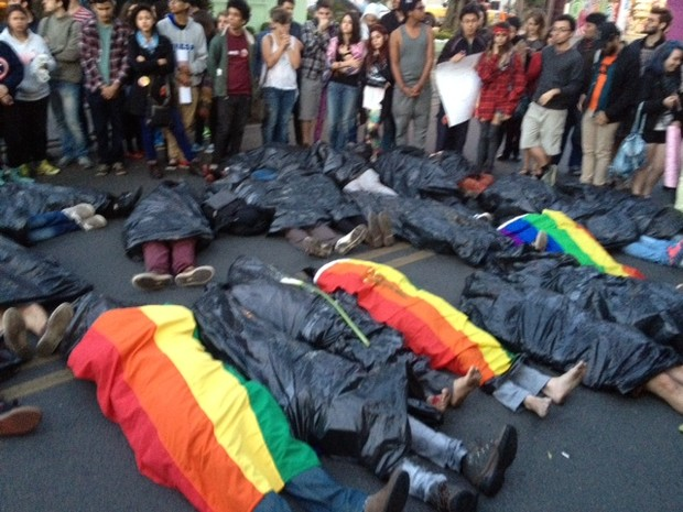Ativistas deitaram em sacos pretos para representar as mortes por violência contra os gays, em ato neste sábado (4) (Foto: Paula Paiva Paulo/G1)