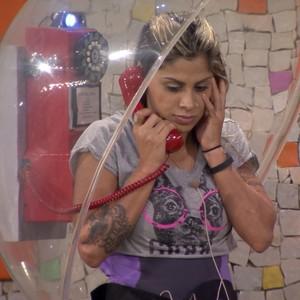 Vanessa atende ao primeiro Big Fone e distribui pulseiras (Big Brother Brasil)
