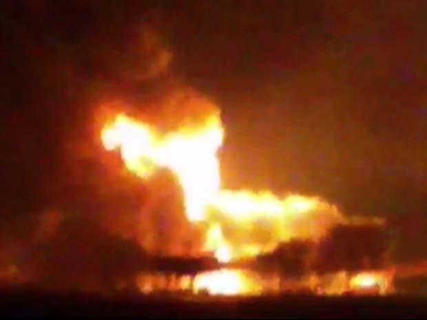 Imagem tirada de vídeo do 'Noticias Ciudad del Carmen' mostra incêndio em plataforma de petróleo no Golfo do México nesta quarta-feira (1º) (Foto: AP Photo/Noticias Ciudad del Carmen via APTN)