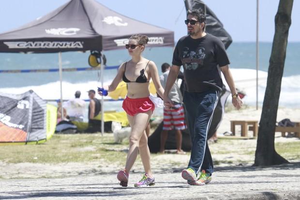 Bruna Linzmeyer caminhando com seu namorado (Foto: Dilson Silva/Agnews)