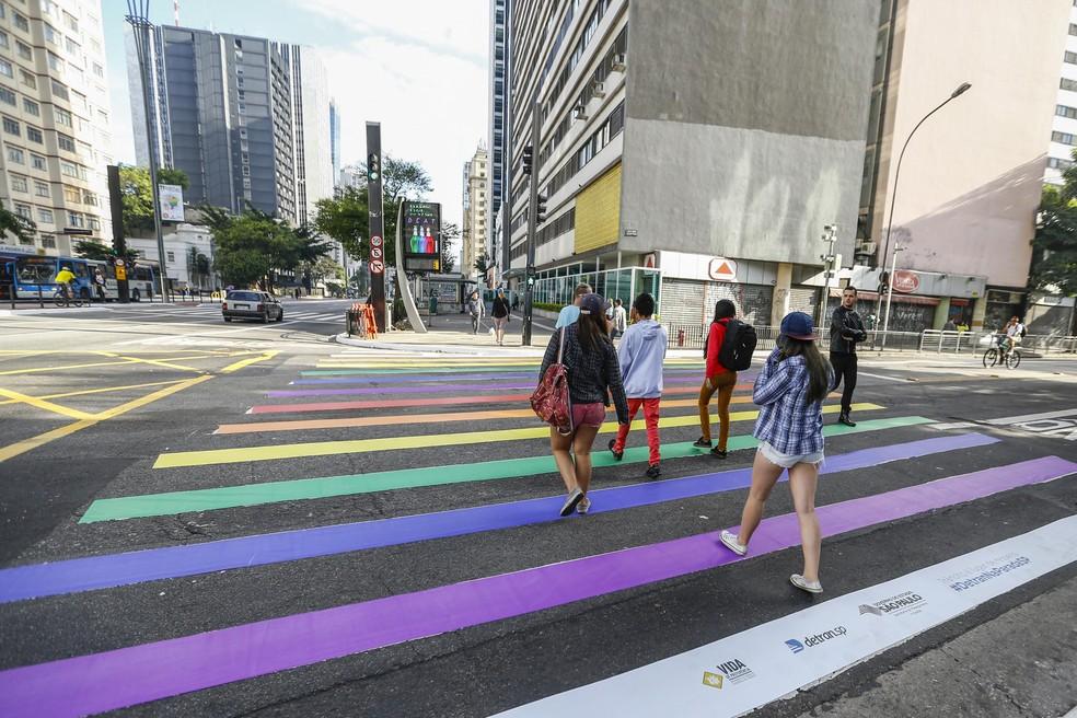 Algumas faixas de pedestres da Avenida Paulista amanhecerem com as cores do arco-íris. (Foto: SUAMY BEYDOUN/AGIF/ESTADÃO CONTEÚDO)