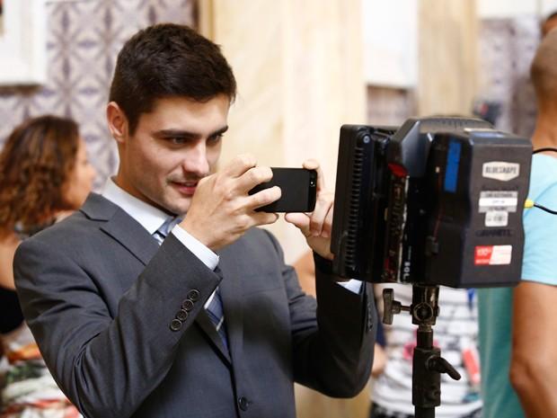 Guilherme Leicam registra a câmera em ação (Foto: Ellen Soares/Gshow)