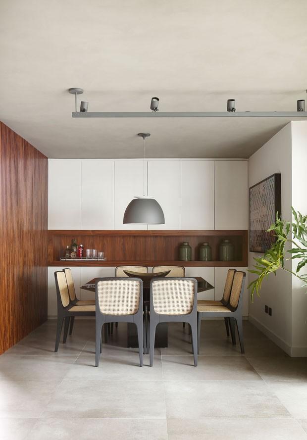 Cores vibrantes e peças de design criam atmosfera contemporânea a apartamento paulistano (Foto: Divulgação)