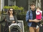 Mila Kunis e Ashton Kutcher curtem passeio em família com a filha