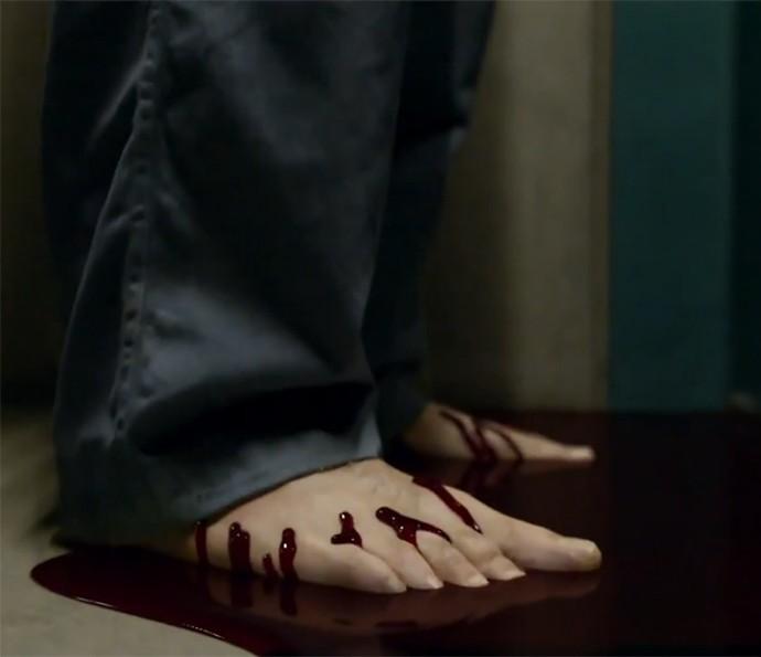 Alucinação? Sangue sobe pelos pés de Nando na estreia de 'Supermax' (Foto: TV Globo)