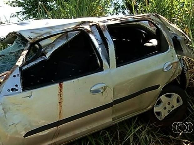Carro ficou ficou destruído após capotar na BR-452, em Itumbiara, Goiás (Foto: Reprodução/ TV Anhanguera)