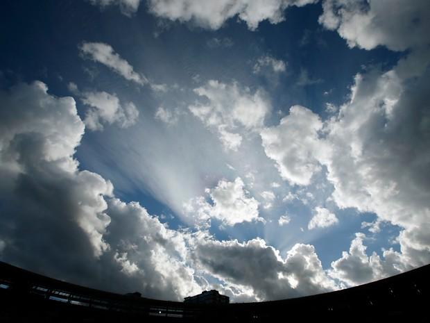 Nuvens são fotografadas em 2 de julho, em Londres; estudo relaciona mudanças nas nuvens a aquecimento global (Foto:  AP Photo/Alastair Grant)
