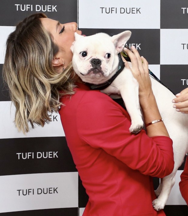 Giovanna Ewbank se encanta com cachorro (Foto: Manuela Scarpa/Brazil News)