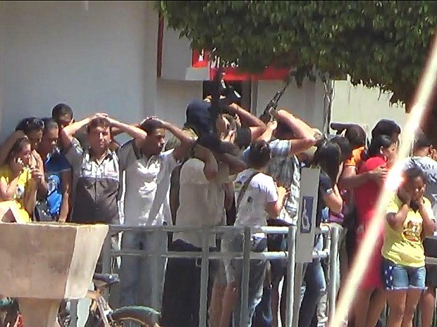 Cerca de 20 clientes foram feitos reféns em Apuí (Foto: Ivanir Valentin/TV Amazonas )