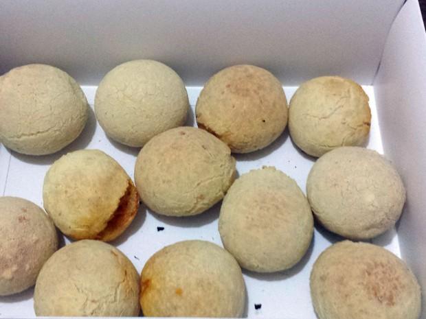 Caixa com pães de queijo vendido por jovens em Campinas que perderam o emprego (Foto: Luciano Calafiori/G1)