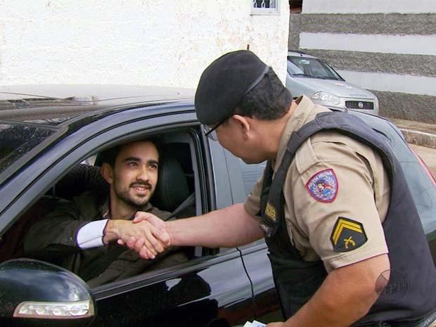 Campanha da polícia premia motoristas exemplares em Fama, MG (Foto: Reprodução EPTV / Luciano Tolentino)