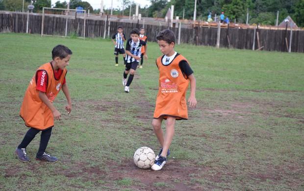 atacante Guilherme Sampaio treina em uma escolinha de futebol de Rolim de Moura (Foto: Magda Oliveira)