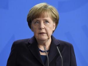 A chanceler alemã Angela Merkel fala durante coletiva de imprensa em Berlim, na Alemanha, após queda do avião da companhia Germanwings (Foto: Tobias Schwar/AFP)
