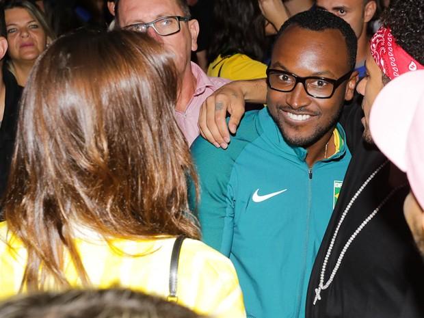 Bruna Marquezine e Neymar com Thiaguinho em show em São Paulo (Foto: Claudio Augusto/ Brazil News)