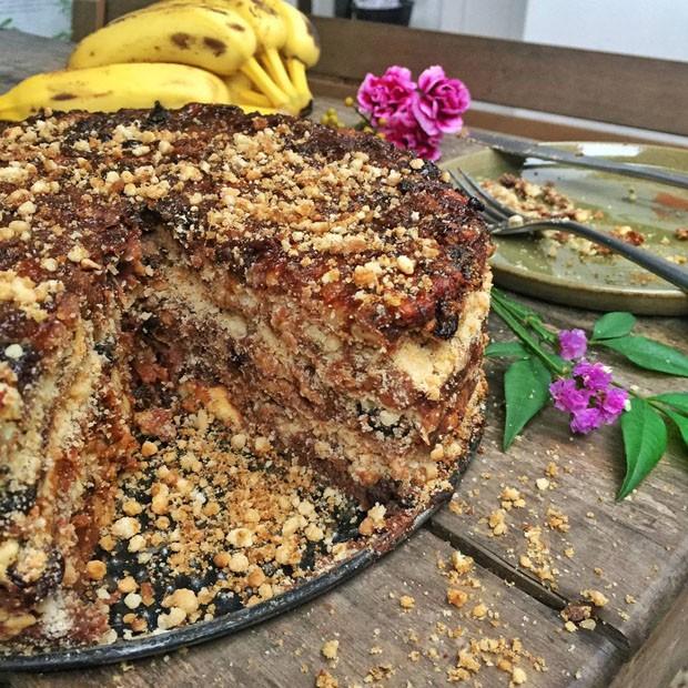 Receita de torta de banana com farofa de castanha de caju (Foto: Simplesmente)