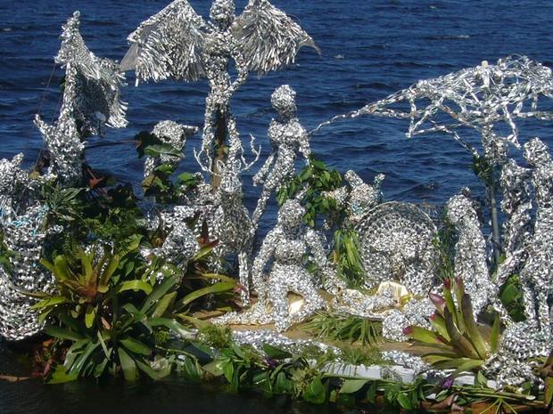 Presépio utiliza materiais recicláveis e foi desenvolvido por artista plástica, junto da comunidade (Foto: Maria Aparecida Medeiros/Acervo pessoal)