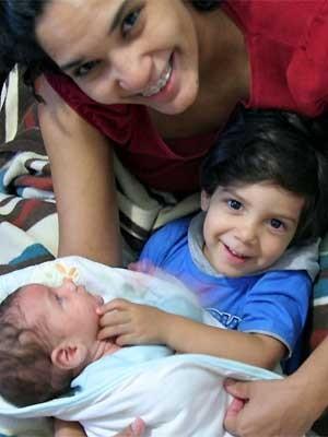 Mãe de dois meninos defende a presença do pai e da doula durante o parto (Foto: Verônica Guimarães/ Arquivo Pessoal)