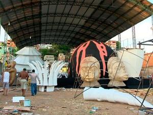 Barracão da escola Unidos de Jucutuquara foi um dos interditados pelos Bombeiros (Foto: Reprodução/ TV Gazeta)