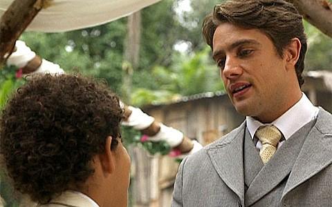 Playboy cresceu! Livre da rédea de Constância, Albertinho tenta ser bom pai (Lado a Lado/TV Globo)