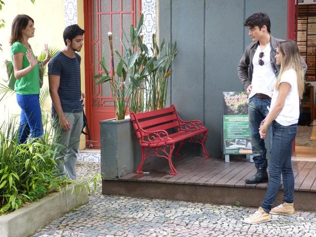 Ana implica com Fatinha e paga o maior micão (Foto: Malhação  / TV Globo)