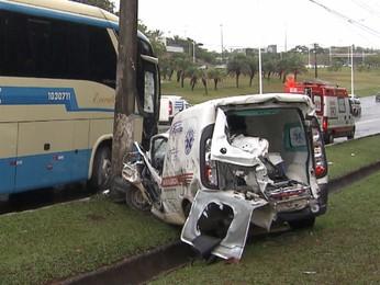Ônibus bate em ambulância e deixa paciente idoso ferido em Salvador (Imagens/TV Bahia)