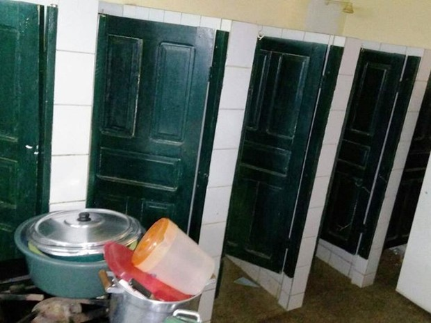 Panelas e fogão estão instalados no banheiro (Foto: G1)