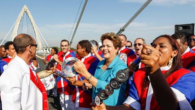 A presidente Dilma Rousseff toca tamborim com integrantes da bateria da escola de samba União da Ilha, na cerimônia de inauguração do BRT Transcarioca (Foto: Roberto Stuckert Filho/PR)