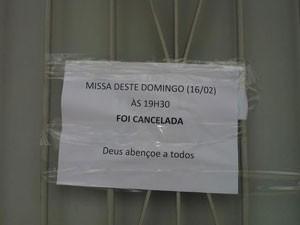 Cartaz avisa que celebração do período da tarde foi cancelada após ataque (Foto: Pâmela Kometani/G1)