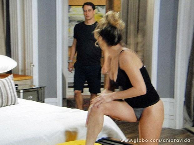 Eron entra no quarto de Amarilys sem bater (Foto: Amor à Vida/TV Globo)