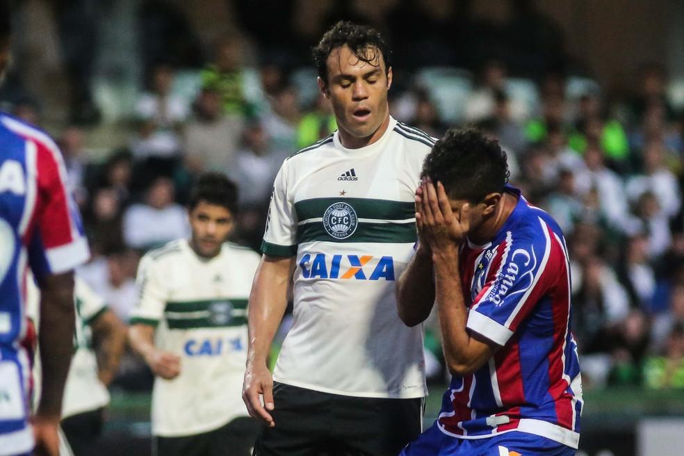 Kleber deu um soco e cuspiu no jogador Edson, do Bahia. Gancho foi mantido pelo STJD (Foto: Futura Press)